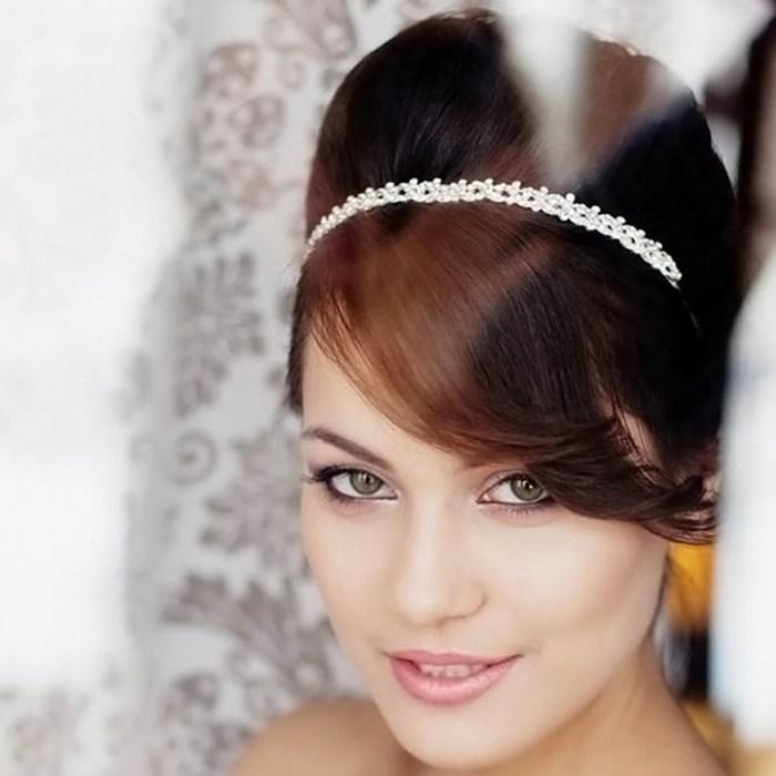 Фото прическа на свадьбу с диадемой челкой 58