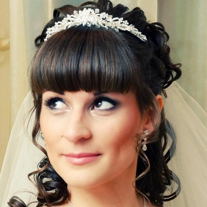 Фото свадебных причесок с диадемой и фатой и челкой