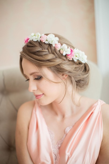 Причёски с венком из цветов