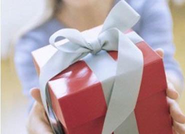 Оригинальное поздравление подарка молодоженам