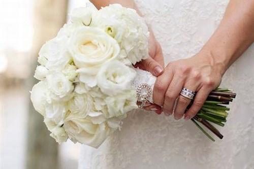 В последнее время невесты все чаще выбирают такой букет, который будет в контрасте с платьем невесты (ядовито-малиновый, цвет фуксии, сиреневый, персиковый